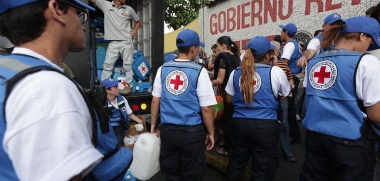 Ayuda humanitaria de la Cruz Roja se vende en las calles de Caracas